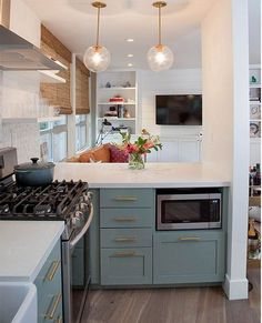 Jaw-Dropping Diy Ideas: Condo Kitchen Remodel Small tiny kitchen remodel mobile homes.Kitchen Remodel Ideas Paper Towel Holders tiny kitchen remodel mobile homes. Living Room Kitchen, New Kitchen, Kitchen Decor, Brass Kitchen, Kitchen Ideas, Small Condo Kitchen, Kitchen Cabinets, Gally Kitchen, Green Kitchen