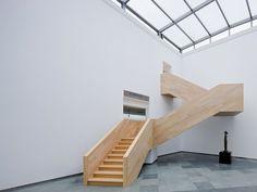 Longa escada em madeira