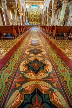 Interior de la catedral en Barichara, Colombia