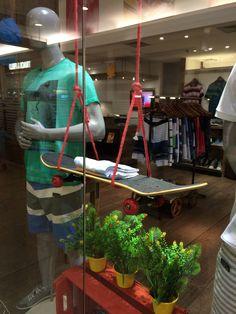 Adorei! Balanço de shape de skate na vitrine da loja. Pode ser uma prateleira em casa!