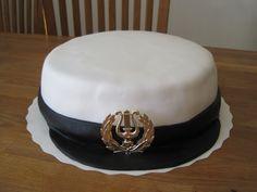 Työkaverin tyttären lakkiaisiin lähti kolme ylioppilaslakin mallista kakkua.   Välissä mustikka- ja vadelmamousset.   Päällinen soke...