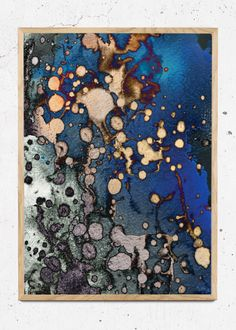 UNDERWATERY PARADISCO PRODUCTIONS  Underwatery illustration er inspireret af livet under havets overflade. Microorganismer og alger bevæger sig side om side i et yndefuldt samspil, i et miljø der er essentielt for livet under havets overflade. Underwatery illustrationens farvespil og design er markant, og de stærke blå toner fremhæver Underwatery i Paradisco Productions kollektion.