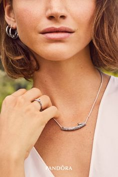 Elevate the simplest of looks and let your style sing with this adjustable sterling silver collier necklace and the matching ring and earrings. The jewellery set features wood-like textures and a little songbird, ready to captivate your style.