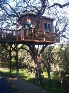 Diy cool tree houses 30 Free DIY Tree House Plans to Make Your Childhood (or Adulthood) Dream a Reality Backyard Treehouse, Building A Treehouse, Treehouse Ideas, Home Design Plans, Plan Design, Design Ideas, Simple Tree House, Tree House Plans, Tree House Designs