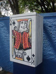 """O Projeto 6emeia foi desenvolvido por Leonardo Delafuente e Anderson Augusto """"SÃO"""" e faz arte nos bueiros, postes e outras parafernalhas urbanas de São Paulo"""