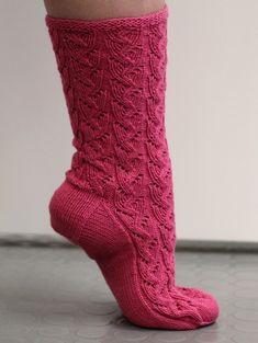 Vadelmanpunainen pitsineulesukka Boot Cuffs, Boot Socks, Fluffy Socks, Slipper Boots, Diy Crochet, Knitting Socks, Leg Warmers, Handicraft, Mittens