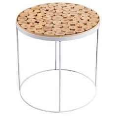 Bíle lakovaná kovová konstrukce s kruhovou základnou tvoří podnož stolku, jehož pracovní plocha je vyrobena z masivního borovicového dřeva a je navíc opatřena horní skleněnou deskou.