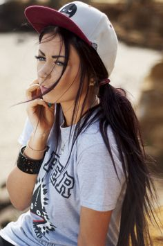 Beautiful and trendy casual snapback hairstyle for girls 2018 - hairstyles - Beautiful and trendy casual snapback hairstyle for girls 2018 - Tomboy Fashion, Look Fashion, Womens Fashion, Fashion Trends, Katie Holmes, Girly Girl, Style Skate, Look Skater, Teenager Mode