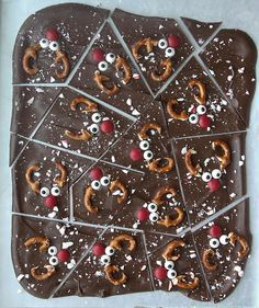 Chocolate peppermint reindeer bark is a fun Christmas treat that's super easy to make. @itsalwaysautumn