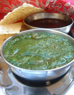 Bonjour, aujourd'hui on va faire 2 fameuses sauces indiennes : la sauce au tamarin et la sauce à la coriandre. Pour la recette de sauce de coriandre nous avons besoin de : une quinzaine de branches de coriandre une tomate 2 cuillères à soupe de yaourt...