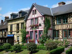 La abadía de Le Bec-Hellouin: Fachadas de casas de madera adornadas con flores