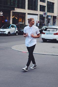 Una camisa blanca abotonada hasta arriba y unos pantalones negros, hacen que todo luzca perfecto. | 33 Formas en las que los hombres pueden usar Converse en cualquier ocasión