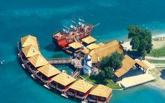 Lobster Panzió Szenc. Polinéz stílusban épült romantikus bungalók a vizen.