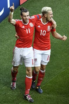 Wales' forward Gareth Bale and Wales' midfielder Aaron Ramsey celebrate after an own goal by Northern Ireland's defender Gareth McAuley during the. Gareth Bale Wales, Wales Euro 2016, Neil Taylor, Jonny Evans, Ben Davies, Welsh Football, Alan Shearer, Sports Mix, Fotografia