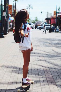 longboarding is definitely on the bucket list. i wanna live in a place that i can longboard to the beach someday with my skimboard in hand. Moda Zendaya, Skater Girl Style, Girl Outfits, Cute Outfits, Summer Outfits, Skate Girl, Surfer Style, Skate Style, Skateboard Girl