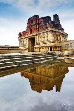 Krishna Temple, Hampi, India Hampi is inside the abandoned city of Vijayanagara in Karnataka Krishna Temple, Hindu Temple, Indian Temple Architecture, Ancient Architecture, Temple Indien, Jaisalmer, Udaipur, Karnataka, Hampi India
