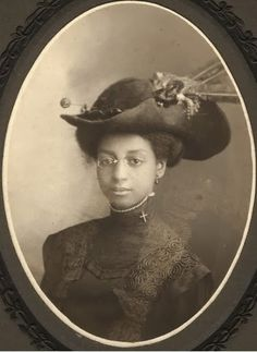 African american woman Circa late or early Antique Photos, Vintage Pictures, Vintage Photographs, Vintage Images, Old Photos, Vintage Black Glamour, Vintage Beauty, Belle Epoque, American Photo