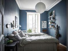 Dormitorio nórdico azul con balcón