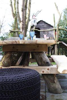Waanzinnige picknickbank. Stoer, robuust en een abslute eyecatcher op elk terras! Deze waanzinnige picknickbank heeft poten van kastanjehout en een blad van eiken. www.molitli.nl