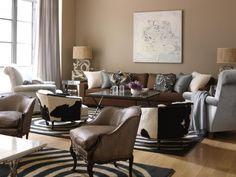 un mur de couleur cappuccino et un canapé marron dans le salon
