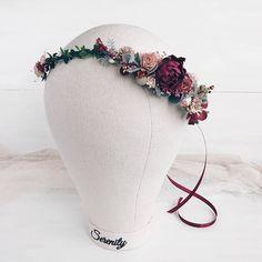 Incroyable rustique Couronne florale faite avec des vieux feuilles, baies, renoncules, pivoines, gypsophile. En raison de la conception souple de couronne à l'unité s'adapte à la forme de la tête. Longueur 38 cm/14,8 pouces. Corsage de poignet assorti