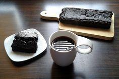 Składniki: 200 g mąki np.kukurydzianej (niecała szklanka), 0,5 szklanki cukru, 2 łyżki karobu, Płaska łyżka sody, 0,5 szklanki mleka kokosowego, ¼ szklanki oliwy, Czekolada do polania / cukier puder do przyprószenia. Pieczemy ok 40 minut w temperaturze 180 stopni Celsjusza.  Więcej na : http://zyjzdrowokolorowo.pl/