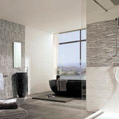 Um banheiro em branco e preto! As paredes combinam dois revestimentos da Porcelanosa o Jersey Mix (onde cada peça vem com o filetado em branco e preto) e o Jersey Neve (todo branco). O efeito fica incrível não? Combinado com louças pretas o banheiro ganha glamour! #ulishop #arquitetura #arquiteto #instaarch #decor #decoração #design #casa #revestimento #home #homeideas #designinteriores #porcelanato