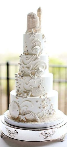 Perfect for a beach or seaside wedding, this gorgeous confection in the shape of a sandcastle takes wedding cake artistry to a new level.