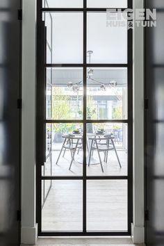 Vervang je lage witte deur voor een zwarte stalen variant voor een ruimtelijker gezicht. | How to make a small room look bigger? | #ehet #eigenhuisentuin #styling #decoratie #decoration #inspiratie #inspiration #interior #interieur #homedesign #homedecoration #moderninterior #moderninterieur #interiordesignideas #interiordecor #homeinspo #decorlovers #studioappartment | Eigen Huis