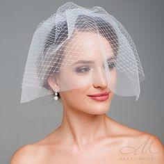 Elegáns, kétrétegű menyasszonyi birdcage fátyol, fejdísz. Hálós tüllből   készült, melyet könnyedén a frizurádra rögzíthetsz a hozzá tartozó fésű segítségével.