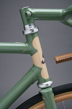 This bicycle is so beautiful, simple and perfect. A very fashionable velodrome version combines the age-old tradition of path racing with the classic style