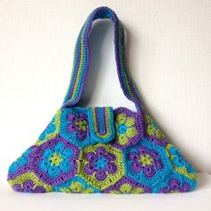Gorgeous crochet summer bag made with hexagon motifs in colors I love. Free Ravelry pattern