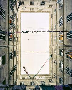 """Marie #Bovo - """"Cour intérieure, 11 septembre 2008"""" © Marie Bovo - Courtesy l'artista e Kamel Mennour, Parigi #100anni #fotografia"""