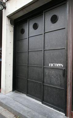 高さ3mの鉄扉の3枚引き戸です。 迫力があります。 設計の方の意図としている所がムチャクチャわかります。 素敵。 吸気ガ...