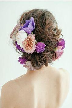 生花の多いところと少ないところのメリハリをつけて ウェディングドレス・カラードレスに合う〜アップの花嫁衣装の髪型まとめ一覧〜