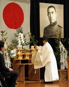 A shinto priest leads a ceremony next to a portrait of Japanese far-right author Yukio Mishima, during the anniversary of his suicide, in Tokyo on November Mishima, who was 45 and an. The Last Samurai, Historia Universal, Nihon, 40th Anniversary, Japanese Culture, Male Beauty, Priest, Religion, Tokyo