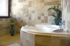 Mediterraner Flair Im Bad Mit Eckbadewanne. Runde Waschschale Auf Dunklem  Holz, Ein Gedicht U003c3 #Badezimmer #bathdesign #eckbadewanne #bathtub  #Zuhause ...