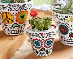 "DIY Halloween : DIY Daisy Eyes Sugar Skull DIY Halloween Décor (haha - I love they call this ""Halloween décor - for me, it's just décor) (Cool Crafts For Halloween) Diy Halloween, Halloween Decorations, Diy Mexican Decorations, Halloween Tutorial, Halloween Season, Wedding Decorations, Painted Flower Pots, Painted Pots, Painted Pebbles"