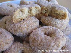 Estas rosquillas son de éxito seguro. Su secreto está en el escaldado de la harina que las deja hojaldradas. Son muy fáciles de hacer y ... Spanish Desserts, Spanish Dishes, Donut Recipes, Dessert Recipes, Cooking Recipes, Beignets, Brioche Recipe, Pan Dulce, Homemade Donuts