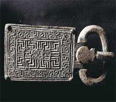 """Remarquable plaque-boucle de ceinturon """"wisigothique"""" du VI°s, appartenant à un personnage aisé qui fut inhumé dans le secteur de la """"Pierre Plantée"""" de Vendémian .- CHILPERIC 1° 2)BIOGRAPHIE 2.5: MARIAGE AVEC GALSWINYHE. 2.5.1: Motifs: 1: Vers 565, Sigebert épouse la fille du roi Wisigoth ATHANAGILD, la princesse BRUNEHILDE. Ce rapprochement constitue une menace pour les possessions aquitaines de Chilpéric, contiguës au royaume wisigoth et aux possessions de Sigebert en Auvergne."""