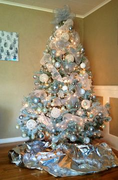 100 Festive Christmas Tree Ideas that'll make the Christmas Cheer even more Vibr. The little awareness of the absolute most romantic party of the year Eieiei, the Christmas party is Blue Christmas Tree Decorations, Frozen Christmas Tree, Luxury Christmas Tree, White Christmas Trees, Beautiful Christmas Trees, Christmas Holidays, Christmas Crafts, Christmas 2019, Decorated Christmas Trees
