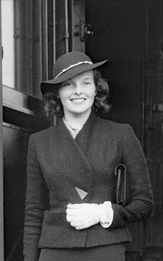 Katharine Hepburn, Female Clothing, Classic Actresses, Celebs, Celebrities, Timeless Beauty, Duchess Of Cambridge, Fashion History, Old Hollywood