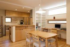西辛川の家が完成しました 2 - アデックス日和 岡山の設計事務所 こだわりの建築設計・デザイン・家作りを行います Room Furniture Design, Natural Interior, Japanese House, Family Room, Layout, House Design, Dining, Interior Design, Kitchen