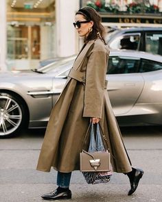 Beige, light grey trench – love this jacket. Fashionista street style A+ Beige, light grey trench – love this jacket. Fashionista street style A+ Fashionista Street Style, Street Style Trends, Estilo Fashion, Love Fashion, Womens Fashion, Trench Coat Outfit, Trench Coats, Mode City, Mode Outfits