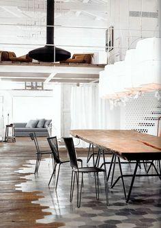 Kolla golvet! Älskar materialmötet mellan trä och klinkers.