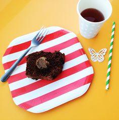 Lanchinho da tarde com copo poá azul, prato de papel listrado, canudinho e mini borboleta da Polka Dot! Tudo à venda na nossa loja virtual, menos o bolo de chocolate #listras #vermelhas #descartáveis #vintage #copos #festa #decoração