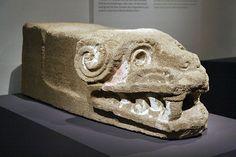 Teotihuacan, Pirámide de Quetzalcóatl fase Miccaotli, 150 - 200 d.C.  Piedra volcánica, estuco y pigmentos 200 x 70 x 70 cm Zona Arqueológica de Teotihua