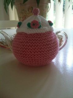 pattern for a tea cozy Tea Cozy, Coffee Cozy, Tea Cosy Pattern, Free Pattern, Knitted Tea Cosies, Knitting Patterns, Knitting Ideas, Mug Rugs, Tea Party