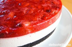 Denne kaken har deilig smak og fristende utseende.. En spennende variant av ostekake med sjokoladebunn laget av knuste Oreokjeks og lekkert, tykt lag jordbær på toppen. En kake til alle anledninger!