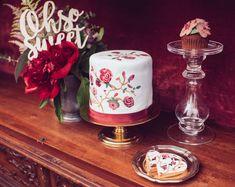 Oh so sweet... Ein weiteres Tortenkunstwerk. Handbemalt von @himmelhoch_torten und in perfekter Begleitung dazu passender Fondantkeksen & Flower Cupcakes. . . . . . . . #diemacherei #diemachereishop #madeinaustria #gifts #geschenke #personalisiertes #personalisiertegeschenke #besonderes  #bold #makeitpop #makersgonnamake #makersclub #austria #onlineshop #shop #bespoke #custom #girls #cake #cakedecor #lasercut #styledshoot #inspo #flowercake Die Macher, Shops, Cupcakes, Girls, Party, Creative Gifts, Personalized Gifts, Things To Do, Artworks